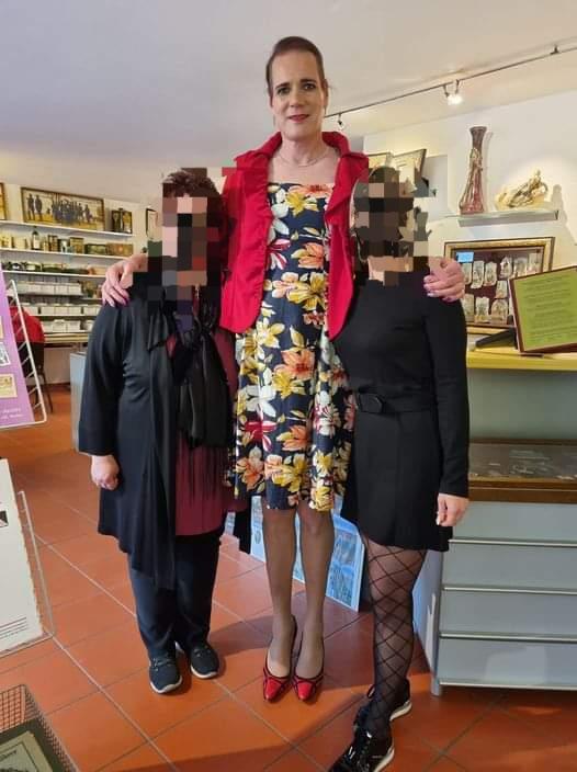 Transfrau Leandra Honegger mit Mitarbeiterinnen